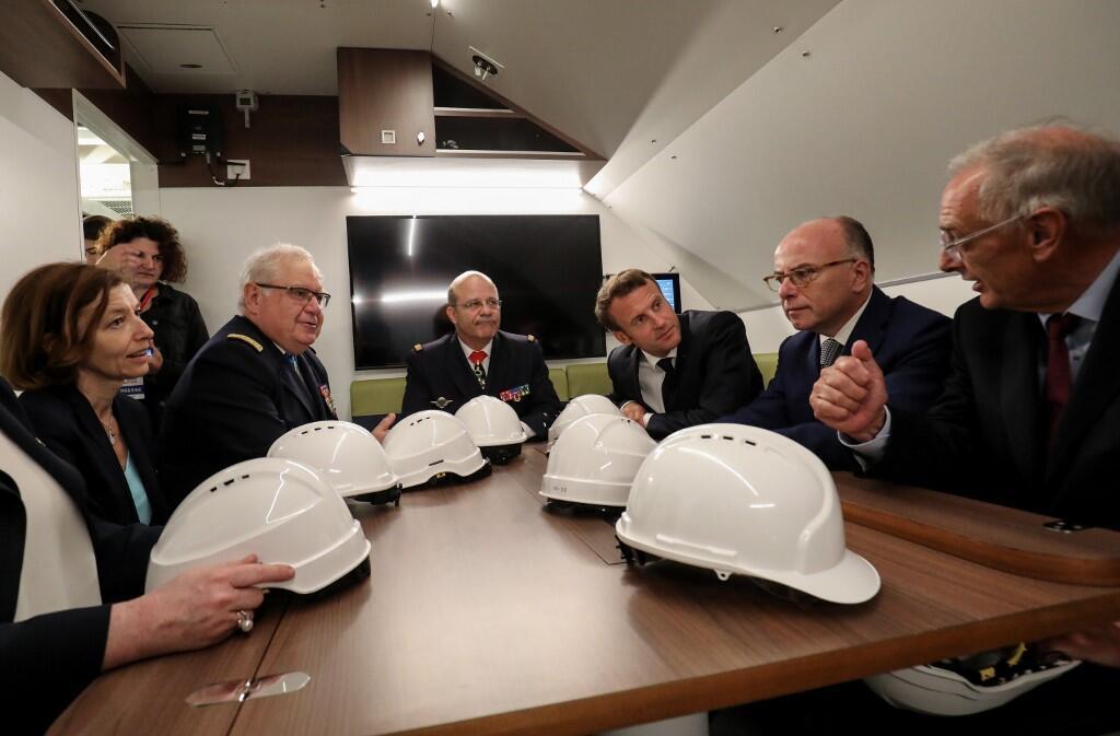 """امانوئل ماکرون"""" رییس جمهوری فرانسه، """"برنار کازنوو"""" نخست وزیر پیشین فرانسه (سمت راست نفر وسط) و """"فلورانس پارلی"""" وزیر دفاع فرانسه (نفر اول سمت چپ) در داخل زیردریایی """"سوفرِن"""". جمعه ٢١ تیر/ ١٢ ژوئیه ٢٠۱٩"""