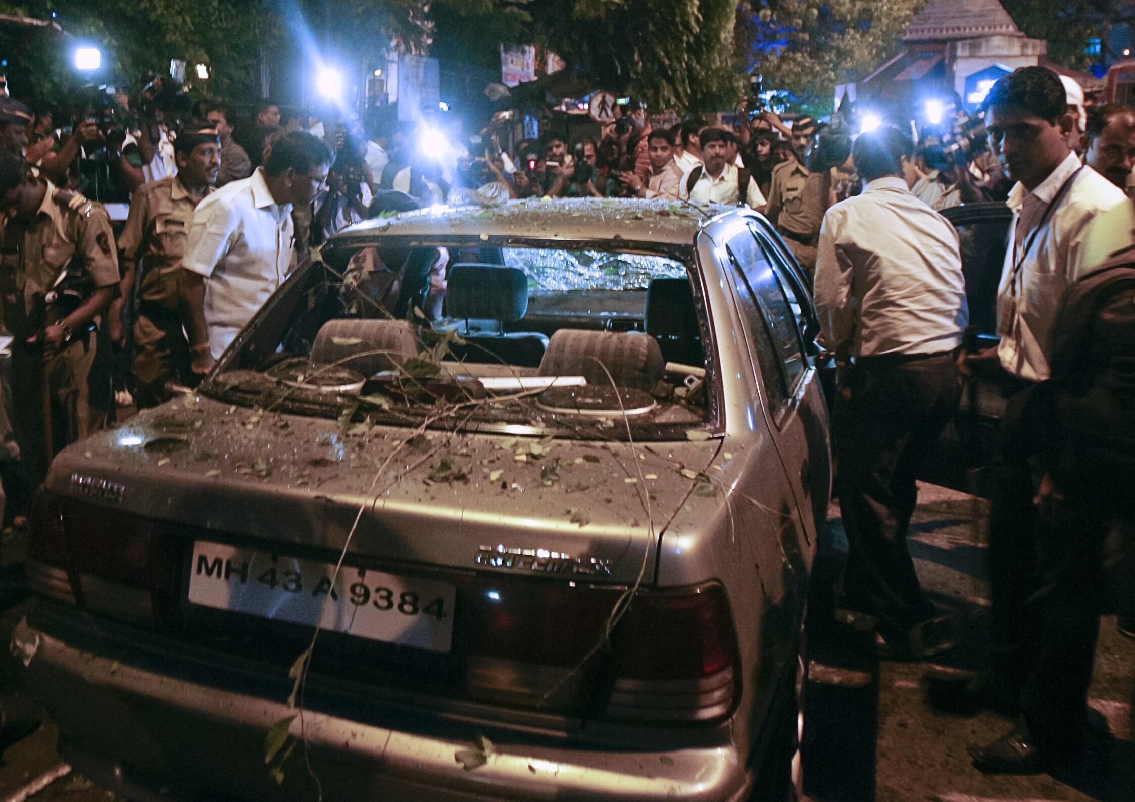 Polisi wakikagua moja ya gari lililoharibiwa baada ya shambulio la bomu mjini Mumbai, India