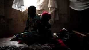 Wata mata da ta warke daga cutar Ebola a gidanta dake garin Beni a gabashin Jamhuriyar Dimokaradiyar Congo.