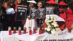 Esther Muinjangue, ao centro, de branco, é a presidente da Fundação Genocídio dos Hereros, da Namíbia