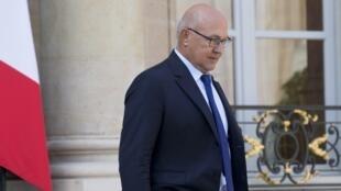 El Ministro de Finanzas francés, Michel Sapin, a la salida del Consejo de Ministros el 10 de septiembre de 2014. Anunció que Francia no podrá reducir su déficit público antes de 2017.