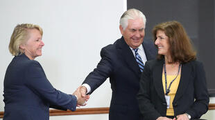Ngoại trưởng Hoa Kỳ, Rex Tillerson bắt tay trợ lý ngoại trưởng Mỹ Susan Thornton (T), trong cuộc điều trần trước tiểu ban Thượng Viện về An Ninh, Washington ngày 17/08/2017.