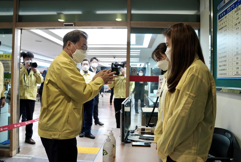 Le président sud-coréen Moon Jae-In, lors d'une visite d'un centre médical à Daegu en Corée du Sud, le 25 février 2020.