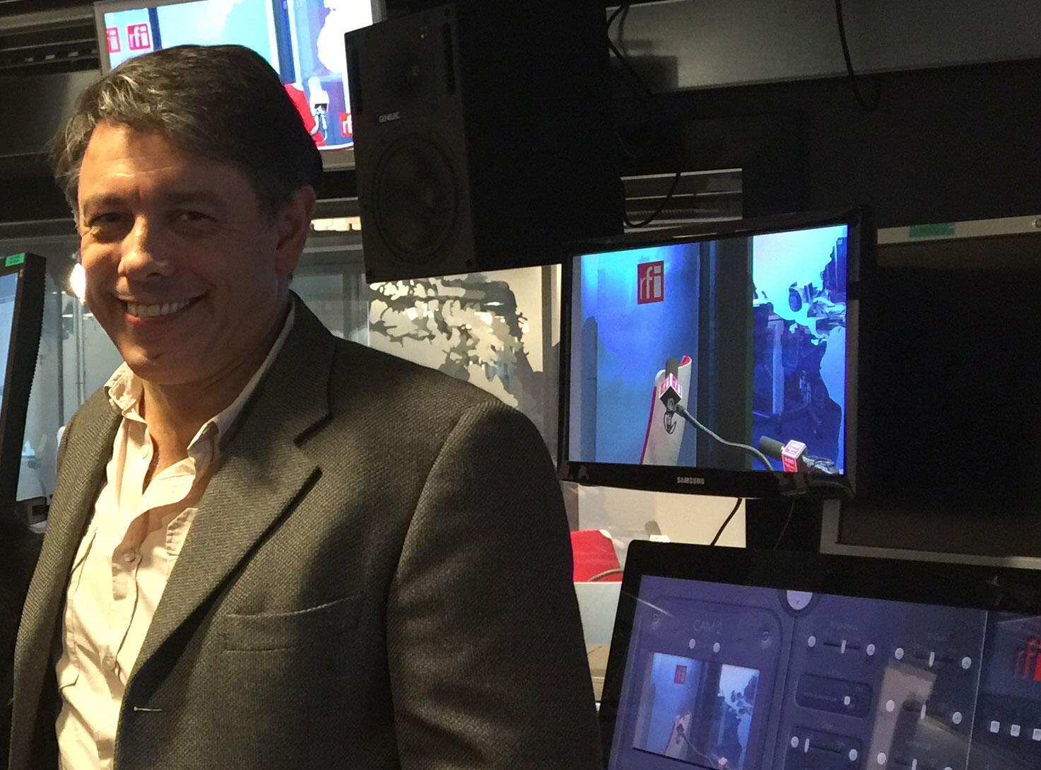 O matemático Marcelo Viana, no estúdio da Rádio França Internacional.