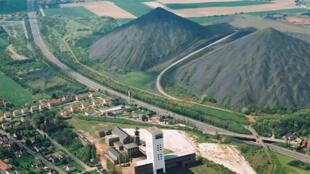 法国北部加莱海峡采矿盆地的矿渣堆