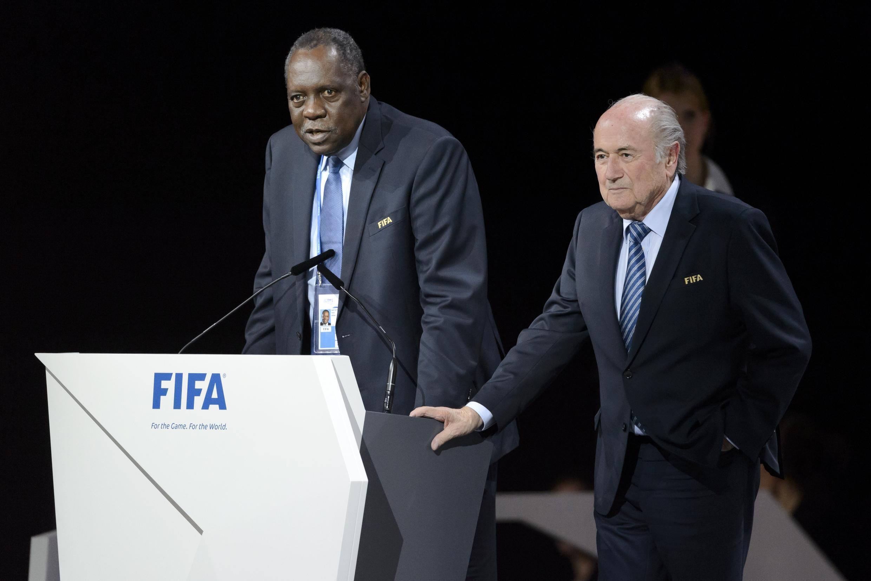 O camaronês Issa Hayatou assume interinamente a presidência da Fifa.
