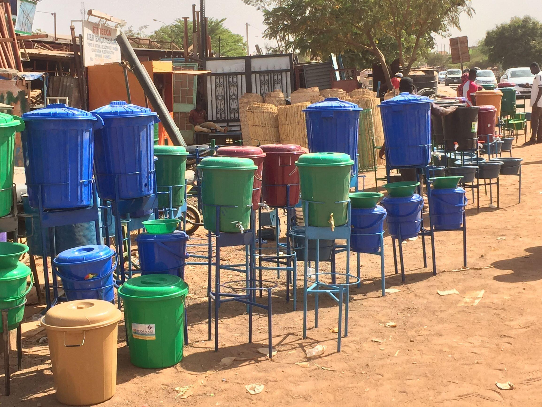Depuis les premiers cas de coronavirus, la vente des lave-mains a flambé au Burkina Faso.
