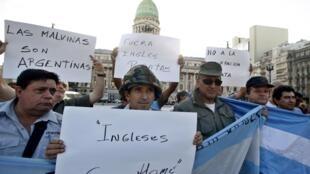 Ex soldados argentinos manifiestan en Buenos Aires contra la presencia de empresas petroleras británicas en torno a Malvinas, el 24 de febrero.