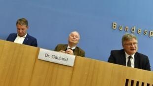 O candidato da AFD para a Turíngia Björn Höcke com os co-dirigentes do partido Alexander Gauland e Jörg Meuthen em Berlim a 28 de Outubro de 2019.