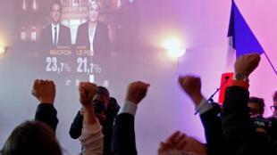 Сторонники Марин Ле Пен в ее предвыборном штабе в Энен-Бомоне вечером первого тура выборов 23 апреля 2017