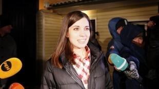 Nadejda Tolokonnikova fala com jornalistas ao sair da prisão nesta segunda-feira, 23 de dezembro de 2013.