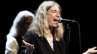 C'est la musicienne Patti Smith (ici en concert au Danemark) qui réceptionne le Nobel de littérature de Bob Dylan, samedi 10 décembre.