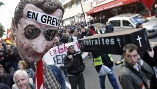 Trabajadores franceses y estudiantes durante una marcha contra la reforma de las jubilaciones, el 19 de octubre en Lille.
