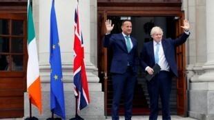 នាយករដ្ឋមន្រ្តីអៀរឡង់លោក Leo Varadkar (រូបឆ្វេង) និងសមភាគីអង់គ្លេសលោក Boris Johnson ថ្ងៃទី៩ កញ្ញា ២០១៩ ក្នុងទីក្រុងឌុយប្លាំង ប្រទេសអៀរឡង់