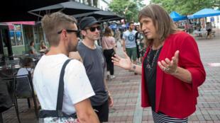A candidata democrata Christine Hallquist (à direita) conversa com eleitores no estado do Vermont.