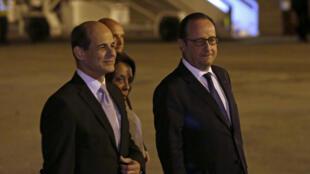 François Hollande (a la derecha) a su llegada al aeropuerto de La Habana, en compañía del canciller cubano Rogelio Sierra, 10 de mayo de 2015.
