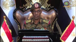 Le chef du Conseil militaire de transition, le général Ibn Auf, annonce sa démission à la télévision d'Etat Sudan TV et son remplacement par le général Abdel Fattah Abdelrahman Burhan, le 12 avril 2019.