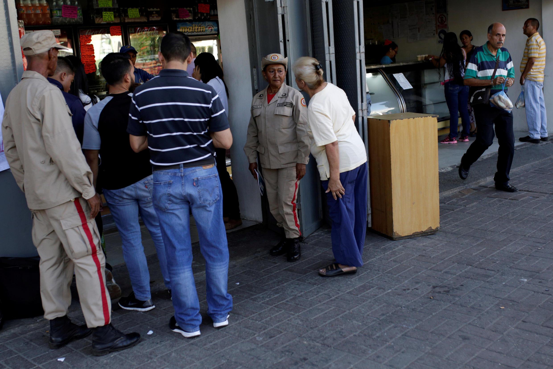 Dân quân giám sát trước một tiệm bánh mì ở Caracas, Venezuela, ngày 17/03/2017.