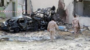 Restos calcinados producidos en una explosión en el punto de control de Mislattah, carretera de la costa entre Trípoli y Mislattah, Libia, 24 de noviembre de 2015.