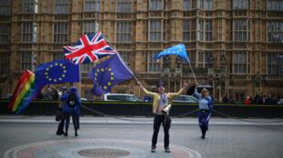 Những người chống Brexit biểu tình ngoài tòa nhà Quốc Hội trong lúc các nghị sĩ bỏ phiếu về dự luật Brexit ngày 11/09/2017.