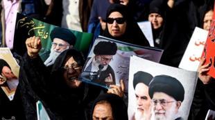 (Photo d'illustration) Des manifestantes brandissent des affiches à l'effigie des chefs spirituels de la révolution islamique en Iran, le 3 janvier 2018.