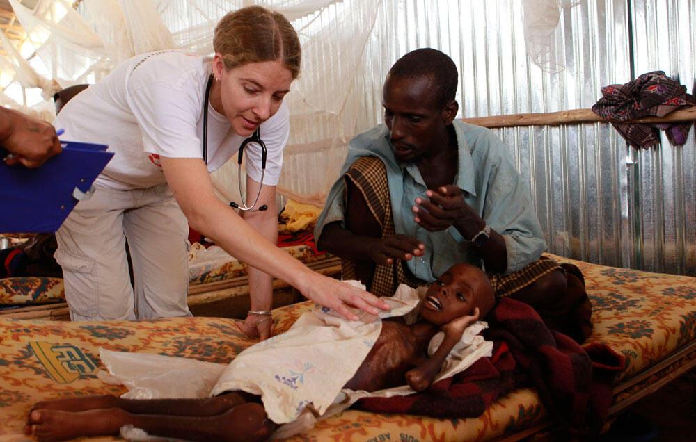 Jami'an kiwon Lafiya suna kula da wadanda ke fama da cutar kwalera a Somalia
