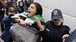 Interpellation lors d'une manifestation contre la candidature d'Abdelaziz Bouteflika le 1er mars à Alger.