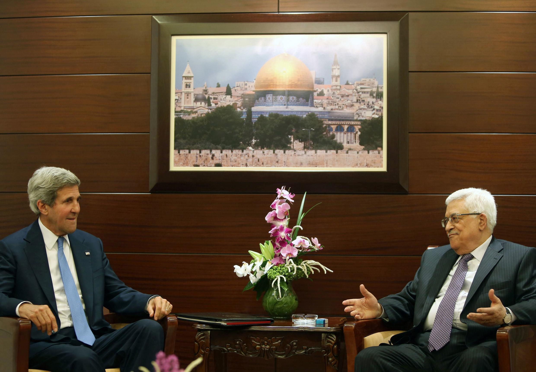 Le secrétaire d'Etat américain John Kerry et le président de l'Autorité palestinienne, Mahmoud Abbas, au palais de la Moukata, le 19 juillet 2013.