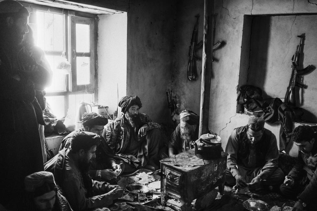 PROVINCE DE NANGARHAR, AFGHANISTAN - 11 DÉCEMBRE 2019:uUn groupe de combattants talibans déjeune dans une cachette dans une partie reculée du district de Khogiani.