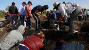 Familiare de desaparecidos tras la explosión buscan a sus allegado, el 20 de enero de 2019 en Tlahuelilpan.