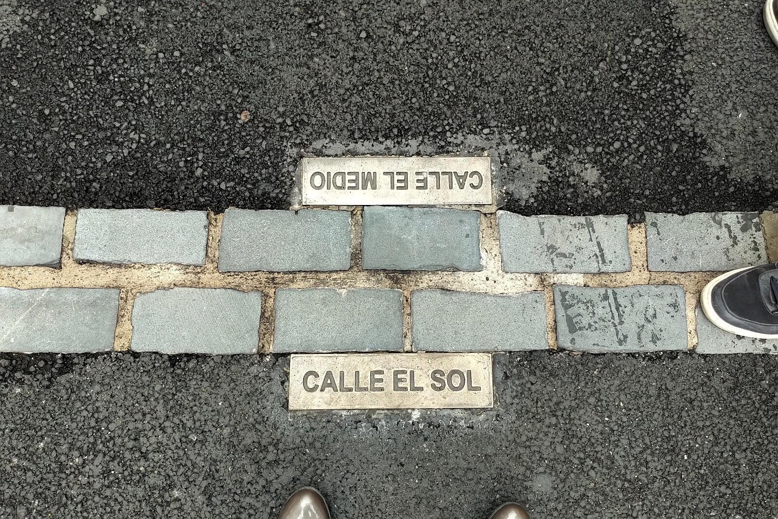 Línea fronteriza entre las dos calles.