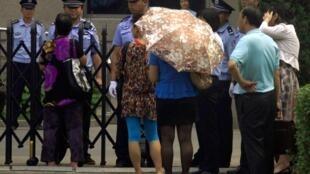 2012年6月20日北京朝阳法院开庭审理艾未未地税案。艾未未支持者和记者被警察和便衣警察阻挡在法院门外,禁止进入旁听。