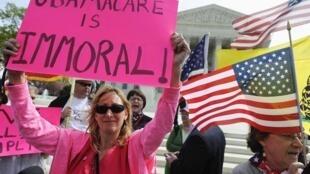 Đạo luật bảo hiểm sức khỏe của tổng thống Barack Obama vấp phải nhiều phản đối trong xã hội Mỹ, biểu tình tại Washington, 28/03/2012.