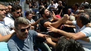 درگیری مردم در شهر دیاربکر با پلیس ضدشورش ترکیه، در اعتراض به برکناری ۳ شهردار مناطق کردنشین جنوبشرق این کشور توسط وزارت کشور. دوشنبه ٢٨ مرداد/ ١٩ اوت ٢٠۱٩