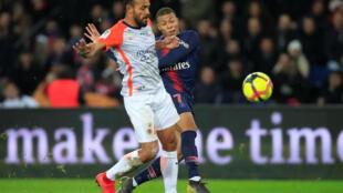 O zagueiro Hilton Vitorino disputa um lance com o francês Mbappé no jogo entre Montpellier e PSG pelo campeonato francês. 20/02/19
