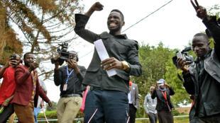 Bobi Wine salue ses partisans à Kampala après l'annonce de sa victoire au scrutin législatif partiel de juin 2017.
