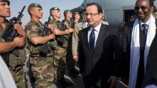 Le président français François Hollande (g.) et le président malien par intérim, Dioncounda Traoré, à Tombouctou, le 3 février 2013.