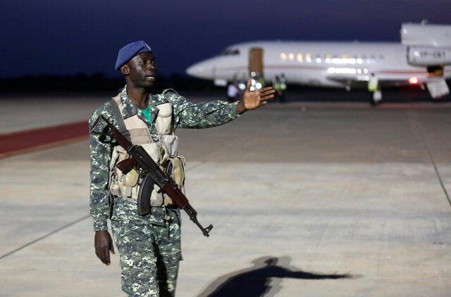 Antigos guardas da segurança de Yahya Jammeh no Aeroporto de Banjul, 21 de Janeiro de 2017