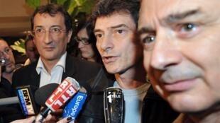 Pascal Durand, coordinateur national d'Europe Ecologie (c) répond à la presse le 15 mars 2010 dans un hôtel parisien. A sa droite, le député PS Claude Bartolone.
