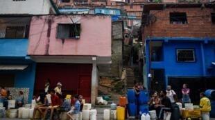 Người dân xếp hàng lấy nước, ở khu vực gần Petare, Caracas, Venezuela, ngày 01/04/2019