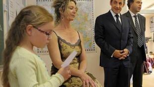 Desde pequeños, los franceses saben que su escolaridad desemboca en el Bac. Aquí es presidente Nicolas Sarkozy y el ministro de Educación visitan una escuela. El 21 de junio en La Canourgue.