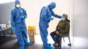 Wasu jami'an kiwon lafiya da ke yi wa matafiya gwajin cutar coronavirus.