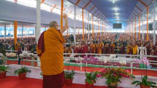 Đức Đạt Lai Lạt Ma trong buổi đầu tiên đợt giảng pháp Kalachakra lần thứ 34, tại Bồ Đề Đạo Tràng, bang Bihar, Ấn Độ, ngày 2/1/2017.