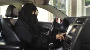 Une femme au volant d'une voiture, en Arabie Saoudite, le seul pays au monde à interdire aux femmes de conduire (illustration)