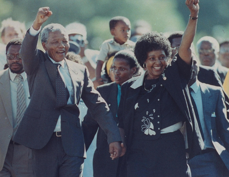 Nelson Mandela est libéré après 27 ans d'incarcération. Ici avec son épouse Winnie, le 1er février 1990.