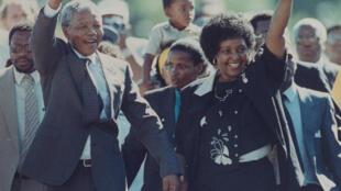Nelson Mandela tare da Matar sa Winnie, a shekarar 1990.