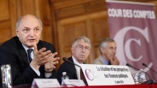 Le président de la Cour des comptes Didier Migaud s'explique  sur la situation et les perspectives de la finance publique française, à Paris, le 2 Juillet 2012.