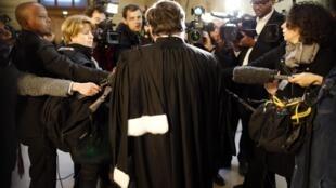 Un abogado habla a la prensa antes de que empiece el juicio de Pascal Simbikangwa, este 4 de febrero en París.