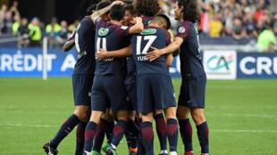 Jogadores do PSG comemoram o primeiro gol da equipe na vitória de 2 a 0 na final da Copa da França contra o Les Herbiers. 08/05/2018