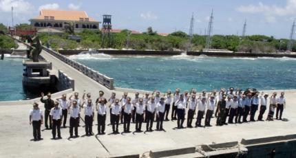 Hải quân Việt Nam trên một hòn đảo thuộc quần đảo Trường Sa chào tạm biệt khách đến thăm đảo. Ảnh chụp ngày 19/04/2010.